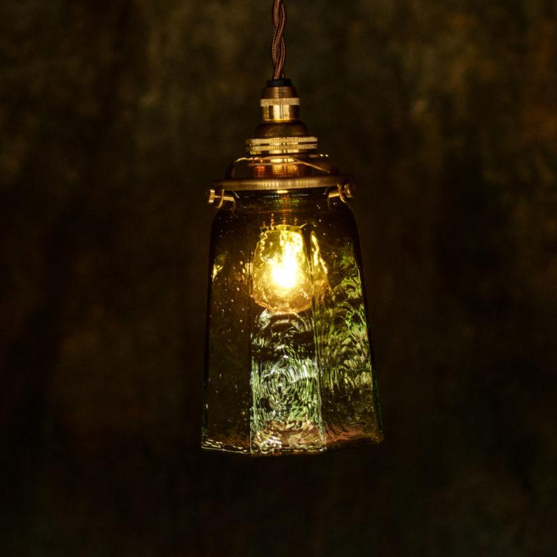 やわい屋 八角錐台瓶 緑被せ L28Z2 照明オン